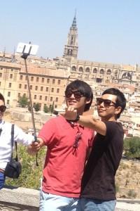 """Dos japoneses en plena euforia turística por Toledo con el """"selfiegadget"""""""